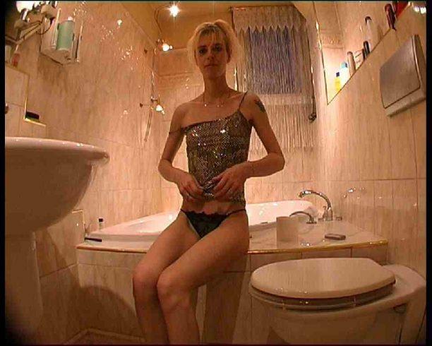 Nackt im Badezimmer beim Ficktreffen